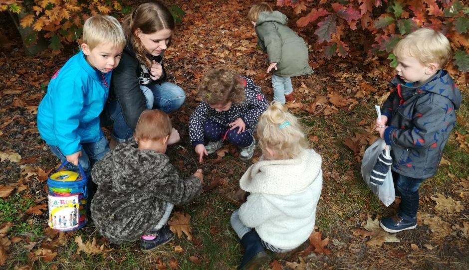 Herfst samen met de andere kindjes en juf Sandra beleven